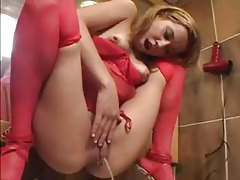 Solo girl pissing in the sink tubes