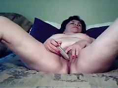 Mature with a toy vibrates her pussy tubes