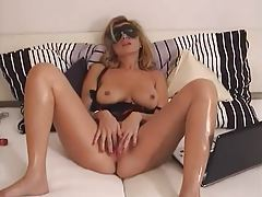 A hot masked milf masturbates her sexy pussy tubes