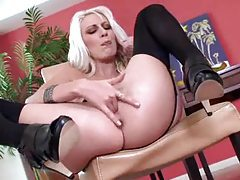 Sexy blonde fingering in her solo video tubes