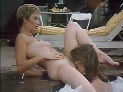 Retro lesbian sex in the hot tub tubes