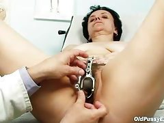 Examining a hairy mature pussy tubes