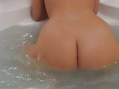 Hottie with gorgeous round ass plays in bathtub tubes