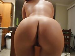 Bubble butt babe with perfect shaved pussy dances tubes