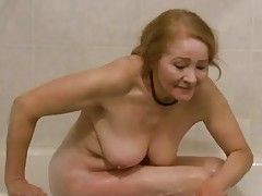 Sexy old cocksucker in the bathtub tubes
