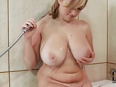 Warm bath for a curvy girl with big tits tubes