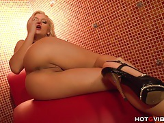 Stripper squirts during her break tubes