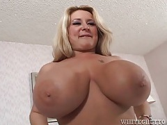 Curvy mom with huge tits licked in bed tubes