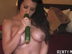 Fit muscle babe fucks a veggie tubes