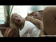 Mature blonde nailed in her slippery pussy tubes