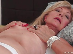 Old babe plays with her tight pussy tubes