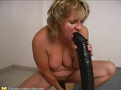 Solo mature and her big dildo have fun tubes