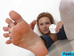Blondie shows off bare feet tubes