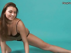 Curvy brunette chick can do full splits tubes