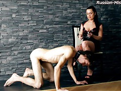 Mistress flogs his back and makes it hurt tubes