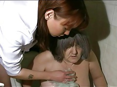 Nurse takes granny for her bath tubes