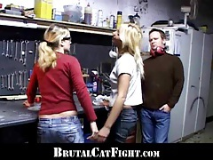 Two blondes collegues are fighting at work tubes