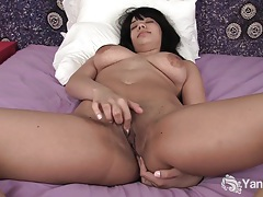 Beauty ebony jiselle rubbing her sweet quim tubes