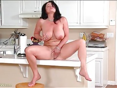 Naked cougar on kitchen counter masturbates pussy tubes