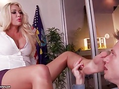 Bimbo boss lets him lick her sexy toes tubes
