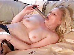 Big butt mommy masturbates with a dildo tubes