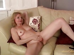 Shaved mature cunt looks hot in solo video tubes