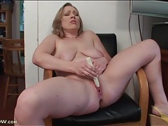 Fat mom makes her pussy feel good with a toy tubes