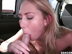 Blonde slut quickly sucks off a guy in the car tubes