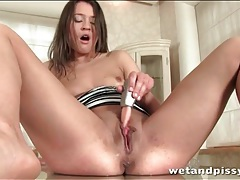 Chick shoves fingers in her cunt and pisses tubes