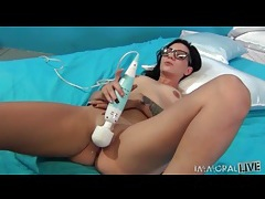 Hot girl in nerdy glasses masturbates pussy tubes