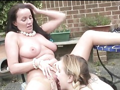 Milf eats out a fresh young cunt outdoors tubes