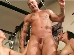 Muscular guy blown by asian sluts in the gym tubes