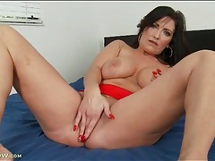 Curvy solo milf masturbates and fingers in bed tubes
