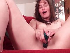 Naked milf masturbates her bald pussy tubes