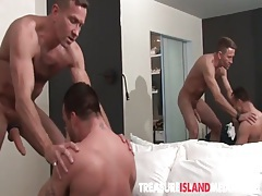 Muscular daddy buries bareback cock into asshole tubes