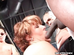 Curvy mature sucks dicks in blowbang video tubes