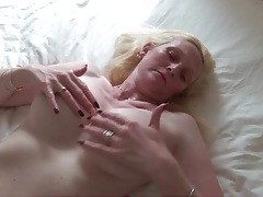 Big breasted mature pulls on her nipples tubes