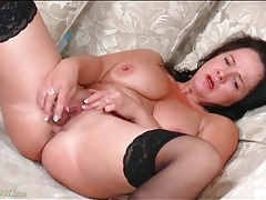 Curvaceous mature pounds her pussy with a toy tubes