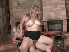 Curvy mom sits on the cock of a skinny guy tubes