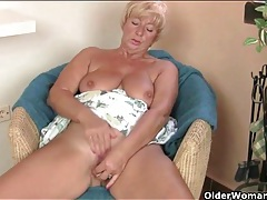Her fat mature ass is irresistibly sexy tubes