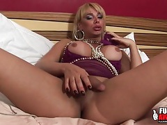 Tranny fills her booty with a big dildo tubes
