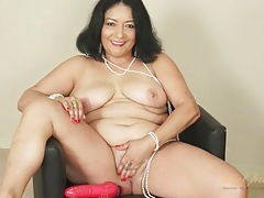 Old babe shows off her incredible curves tubes