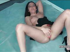 Amateur drives fingers deep into her soaked cunt tubes