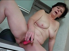 Hairy mature snatch opens for a pink dildo tubes