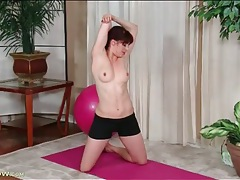 Fit milf redhead in a ponytail strips and plays tubes
