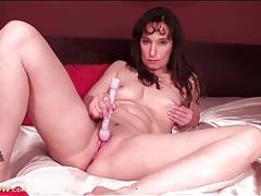 Naked babe on sexy satin sheets masturbates tubes