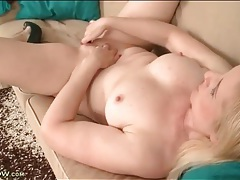 Curvaceous babe fingers her slippery milf pussy tubes