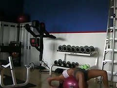 Cam spies on a fit chick working out tubes