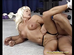 Muscle mom sex at the gym tubes