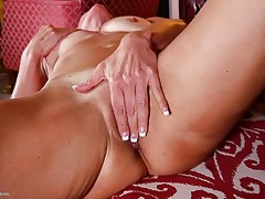 Horny tanned mature babe masturbates her snatch tubes